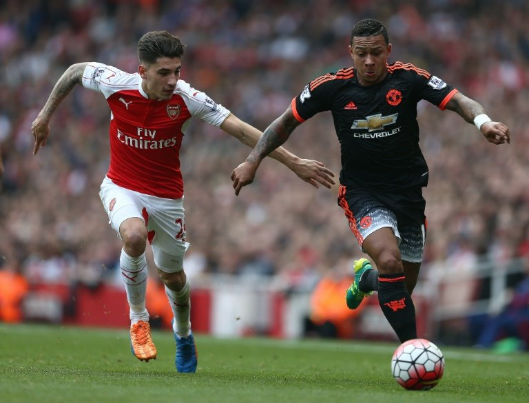 Arsenal's Hector Bellerin (L) and Manchester United's Memphis Depay during their Premier League match at the Emirates Stadium on October 4, 2015
