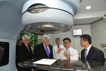 Secretary Locke, Reps. McDermott and Reichert Listen to an Explanation of How the Varian Linear Accelerator Works