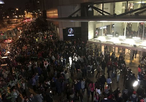 People evacuate a mall in Santiago after a powerful earthquake, in Santiago, Chile, Wednesday, Sept. 16, 2015. The magnitude-8.3 earthquake hit off Chile's northern coast causing buildings to sway in Santiago and other cities and sending people running into the streets. Authorities reported one death in a town north of the capital.(Nadia Perez/AGENCIA UNO via AP) CHILE OUT - NO USAR EN CHILE