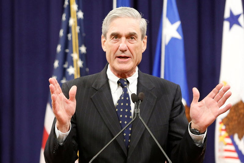 FILE PHOTO - Outgoing FBI Director Robert Mueller reacts to applause from the audience during his farewell ceremony at the Justice Department in Washington, DC, U.S. on August 1, 2013.   REUTERS/Jonathan Ernst/File Photo