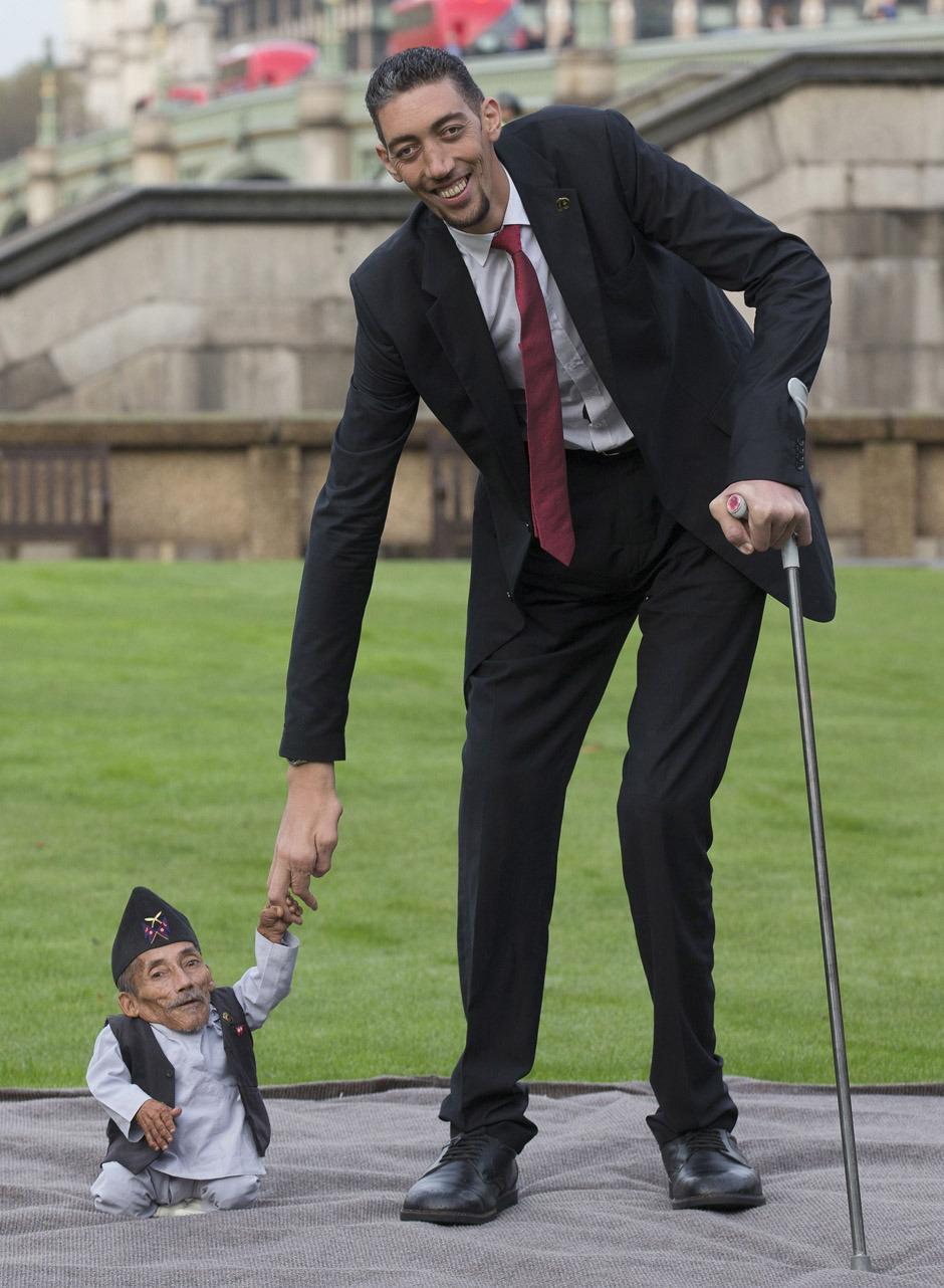 tallest man sultan kosen shakes hands with shortest